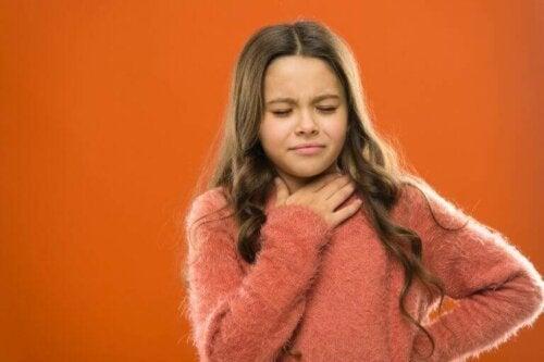 pige med ondt i halsen