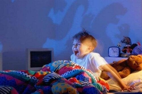 Dreng er rædselslagen efter mareridt