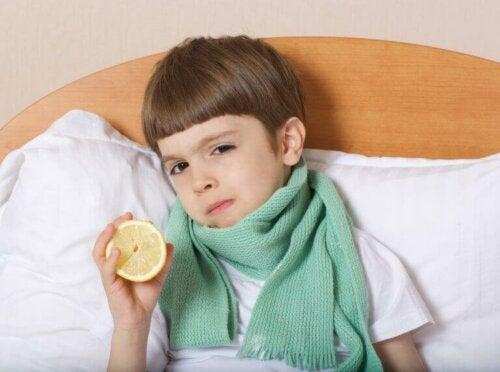 syg dreng med ondt i halsen