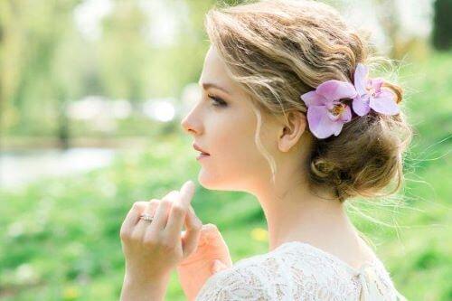 Hårpynt til brude: Romantiske stile med blomster