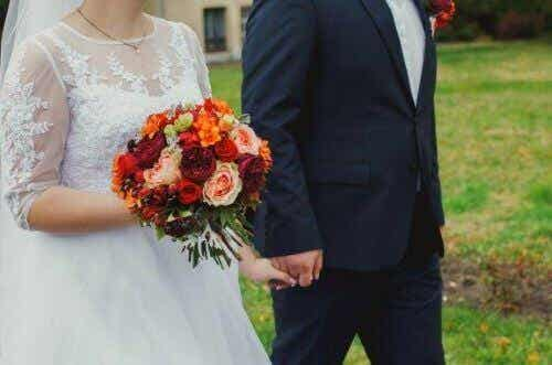 Hvorfor er brude klædt i hvidt til deres bryllup?