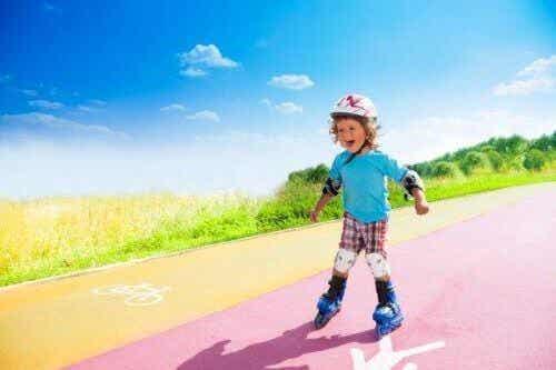 Nemme trin til at lære børn at stå på rulleskøjter