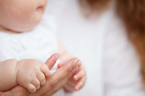 baby der holder om mors hånd