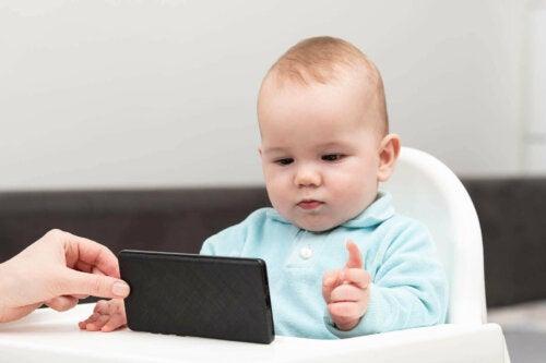 baby der kigger på telefon