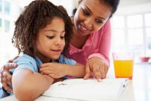 barn der får hjælp til lektier