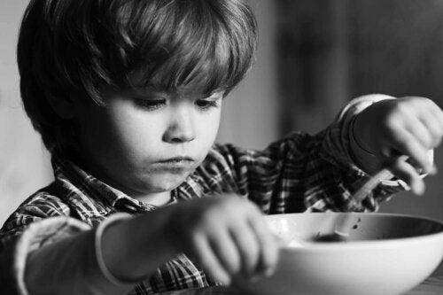 barn der spiser af skål