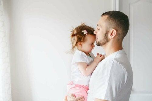 far der står med lille pige