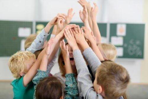 glade børn der står tæt i skolen