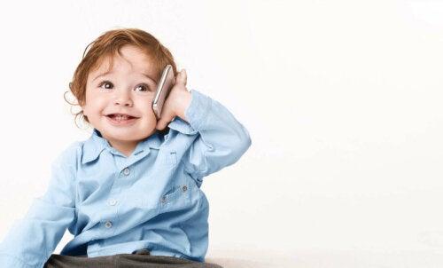lille dreng der taler i mobil