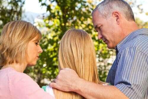 Mor og far forsøger at kommunikere med deres teenager
