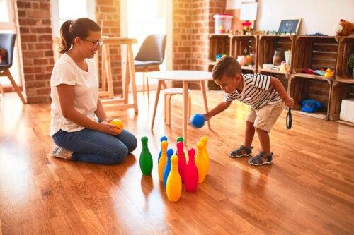 mor og barn der leger med kegler