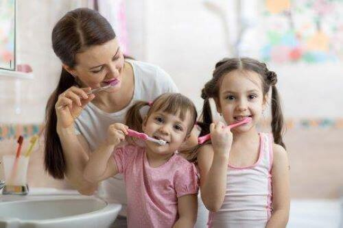 mor og døtre der børster tænder