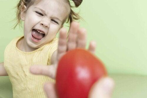 pige der takker nej til frugt