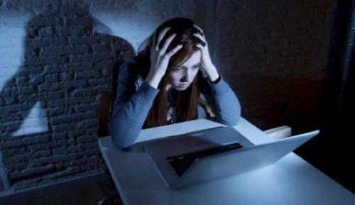 skræmpt ung pige ved computer