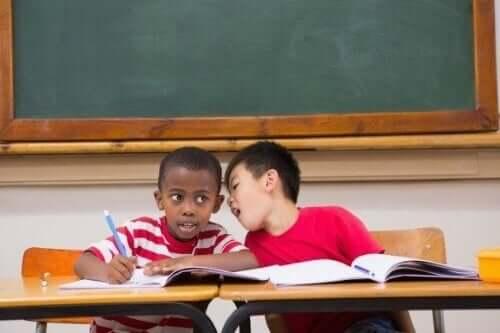 Hjælp til børn, der snakker for meget i undervisningen