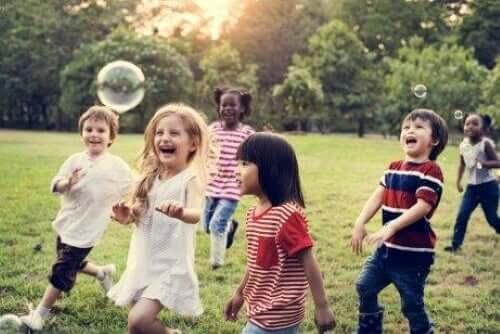 børn der leger med bobler