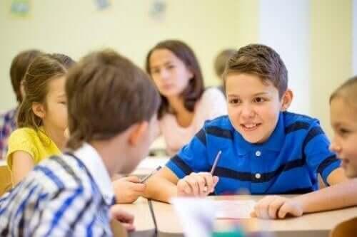 børn der snakker i timen
