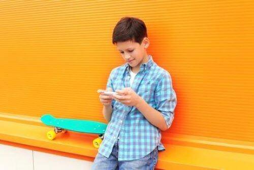 dreng der bruger telefon