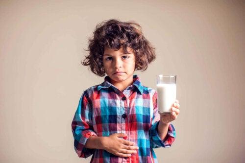 dreng der holder et glas mælk