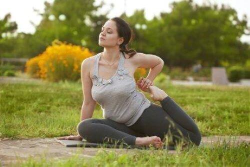 kvinde der laver yoga udenfor