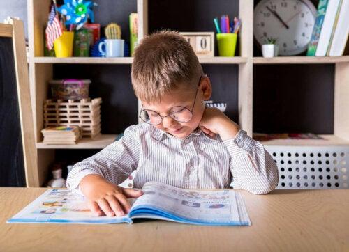 lille dreng der læser