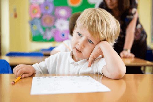 lille dreng i skole
