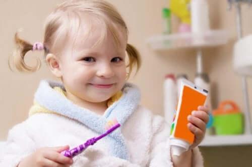 Sådan passer du på dit barns mælketænder: Lille pige børster tænder.