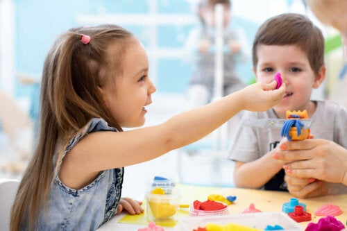 børn der leger med modellervoks