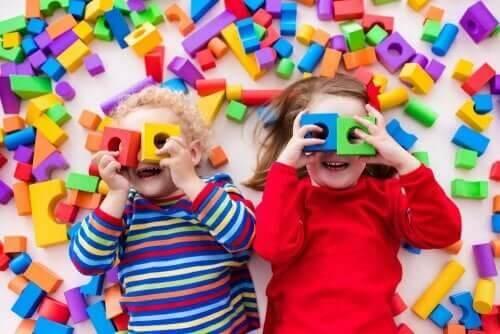 Børn leger med byggeklodser