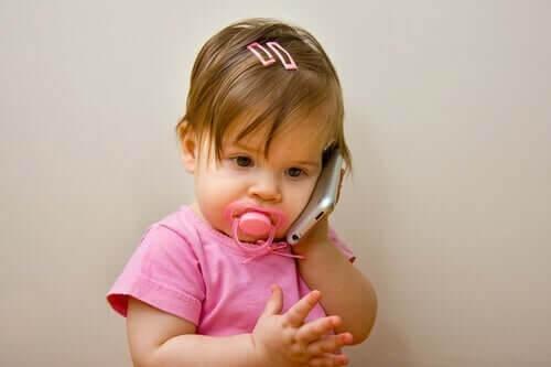 Baby taler i telefon