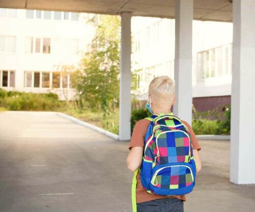 barn med rygsæk på vej i skole