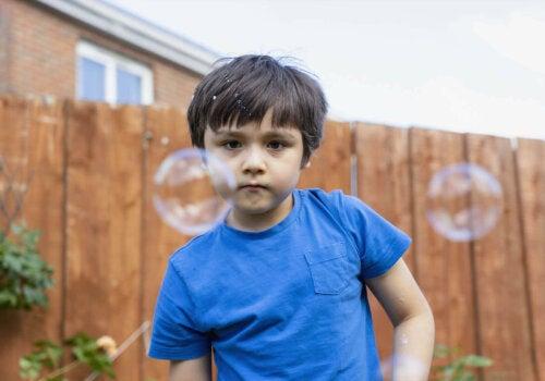 dreng der kigger på sæbebobler