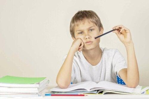dreng der studerer