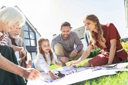 familie der bruger tid sammen udenfor