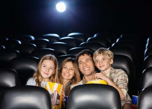 familie med popcorn i biograf