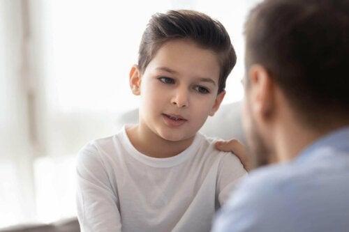 far og søn der taler sammen