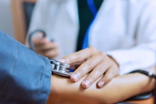 kvinde der får målt blodtryk