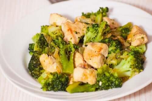 Lækre opskrifter med broccoli: Stegt kylling og broccoli på en tallerken.
