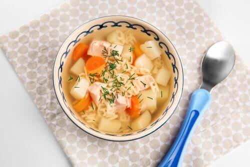 One-pot opskrifter til børn: Kyllingesuppe med grøntsager og nudler.