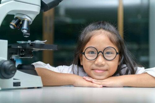 lille pige i et laboratorium