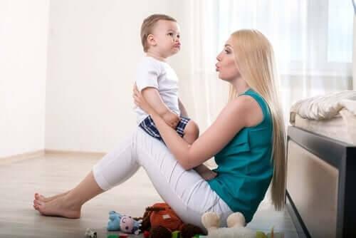 Mor og baby taler sammen