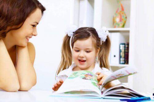 mor og datter der kigger i en børnebog