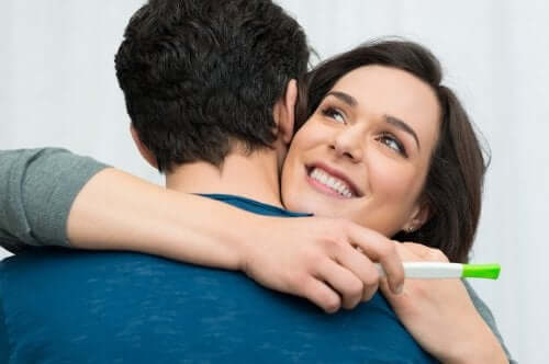 par der omfavner positiv graviditet