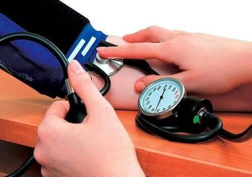 person der måler blodtryk