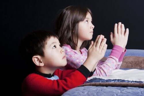 små børn der beder