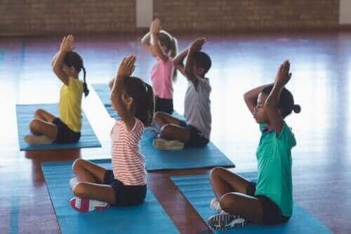 Yoga i klasseværelset: Afgørende elementer og fordele