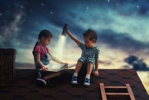 børn der læser på et tag