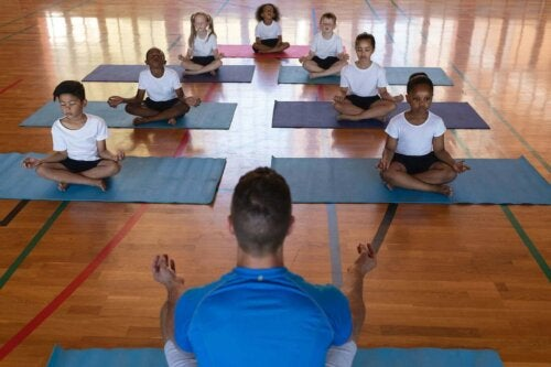 børn der praktiserer yoga