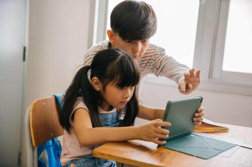 børn der spiller på tablet