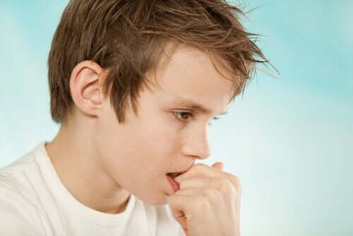 dreng der bider i sine negle